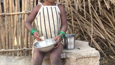 Bambina con ciotola riso